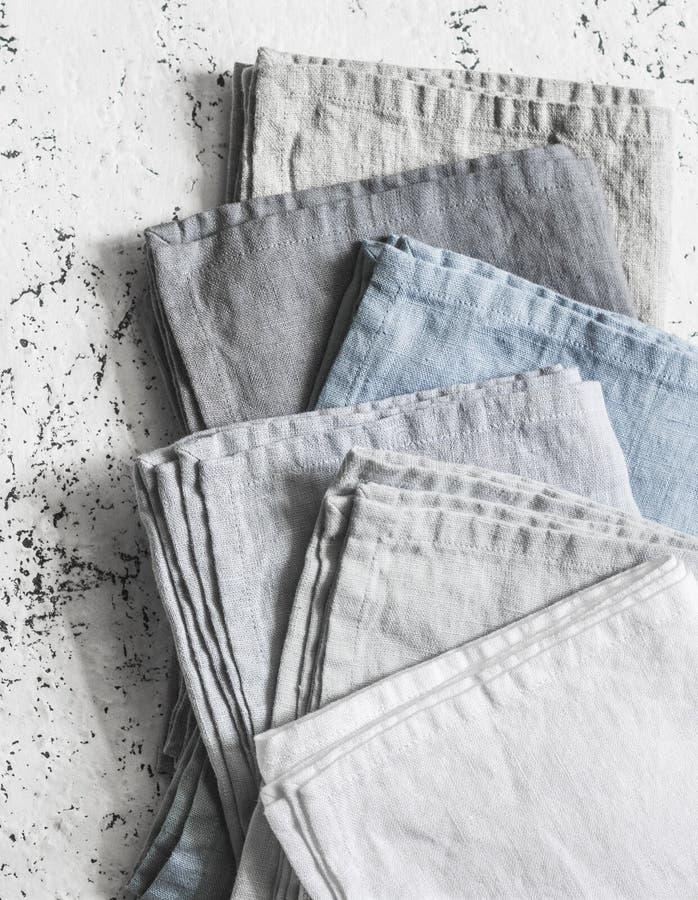 Tovaglioli di tela rustici della cucina su un fondo leggero fotografia stock libera da diritti