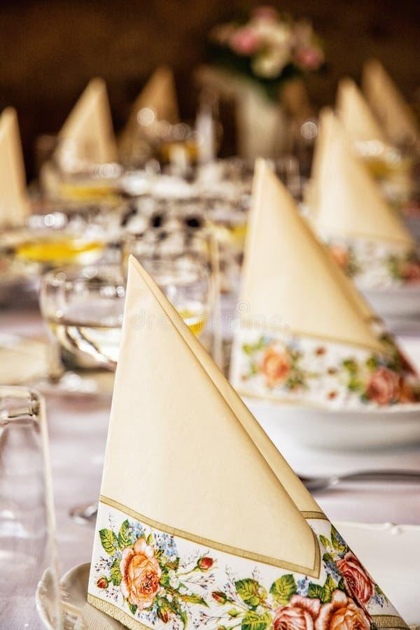 Tovaglioli e vetri decorativi di vermut con il limone sulla linguetta fotografia stock