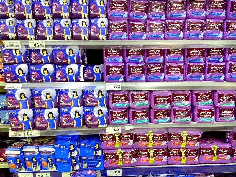 Tovaglioli femminili venduti in drogheria fotografia stock libera da diritti