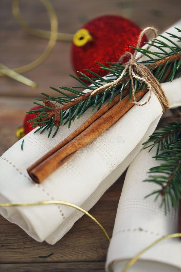 Tovaglioli per la regolazione della tavola per il Natale fotografia stock