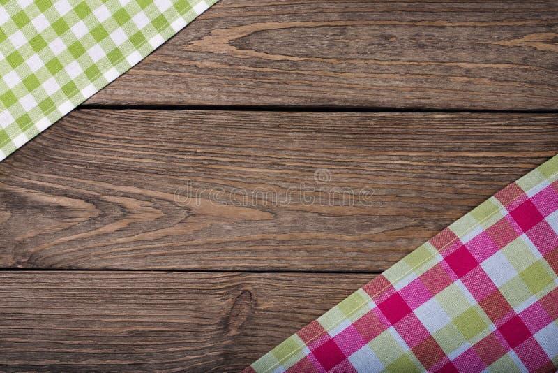 Tovaglioli su una tavola di legno con spazio per testo fotografia stock