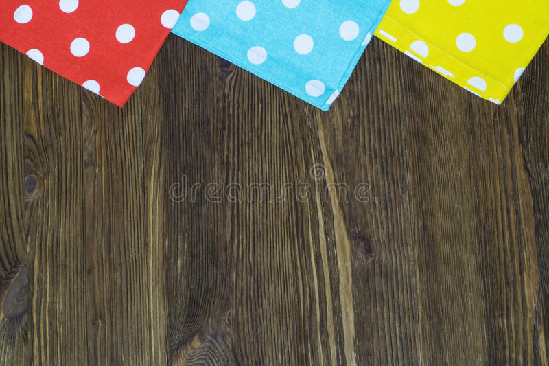 Tovaglioli variopinti del pois su fondo di legno fotografie stock libere da diritti