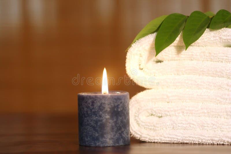 Tovagliolo, candela e tovagliolo bianco immagine stock libera da diritti