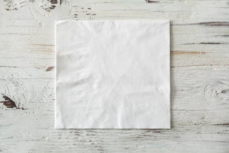 Tovagliolo del Libro Bianco su fondo di legno fotografia stock libera da diritti