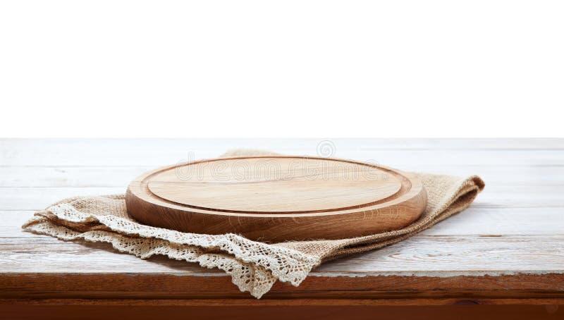Tovagliolo e bordo per pizza sullo scrittorio di legno Tela, asciugamani di piatto su derisione di legno bianca di vista superior fotografia stock libera da diritti