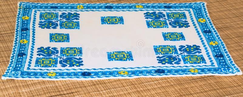 tovagliolo Inter-cucito Modelli geometrici blu su una base bianca immagine stock