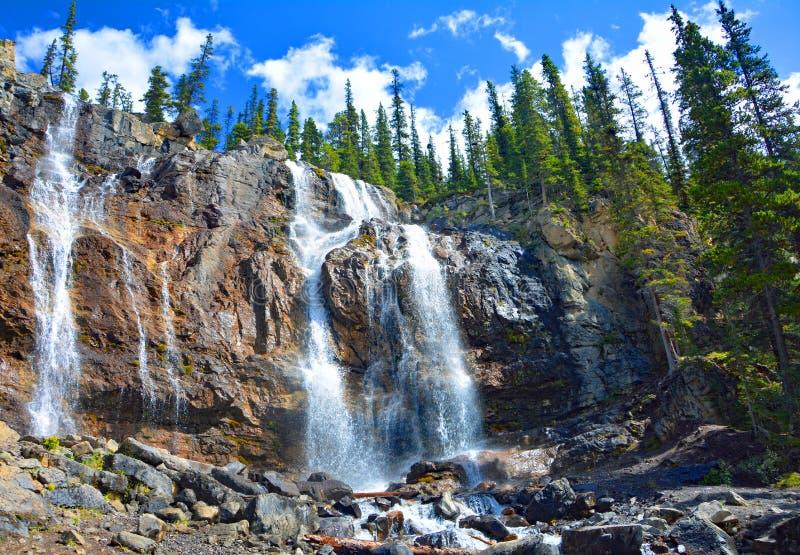 Tovaliten vikvattenfall i Jasper National Park, Alberta, Kanada arkivfoton