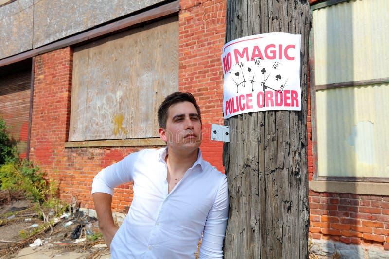 Tovenaar in Detroit Michigan die straat magisch in de verlaten bouw bij de motorstad doen stock afbeeldingen