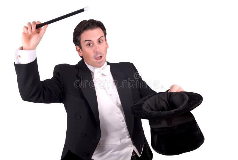 Tovenaar die een toverstokje houdt stock fotografie
