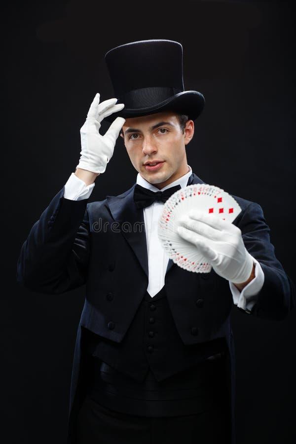 Tovenaar die truc met speelkaarten tonen royalty-vrije stock foto