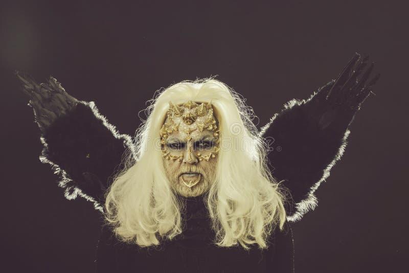 Tovenaar met lang zilveren haar op donkere achtergrond stock foto's
