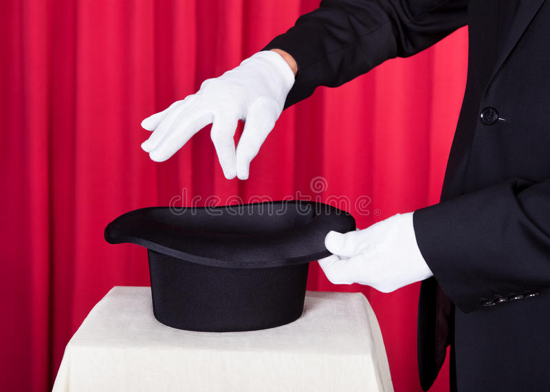 Tovenaar presteren magisch met hoed royalty-vrije stock afbeeldingen
