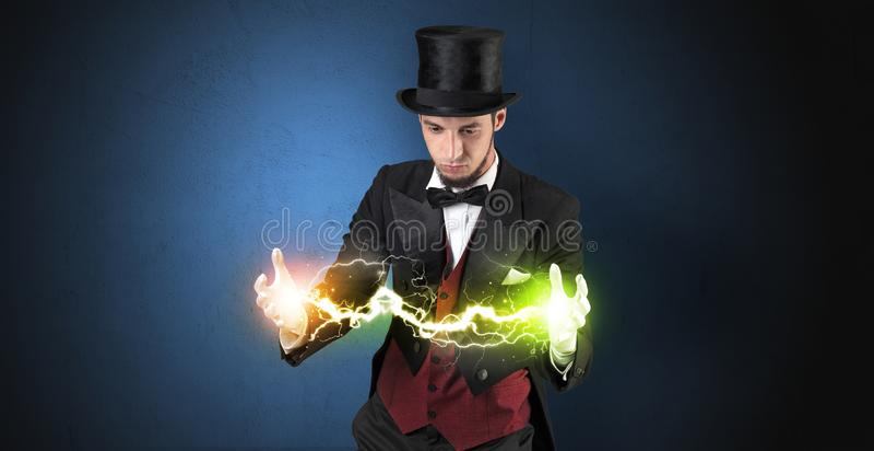 Tovenaarenergie tussen zijn handen royalty-vrije stock foto