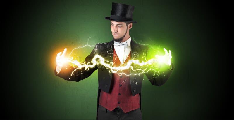 Tovenaarenergie tussen zijn handen stock fotografie
