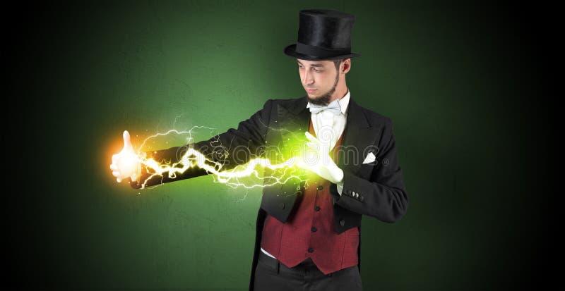 Tovenaarenergie tussen zijn handen royalty-vrije stock fotografie