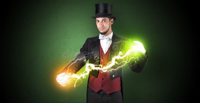 Tovenaarenergie tussen zijn handen stock foto