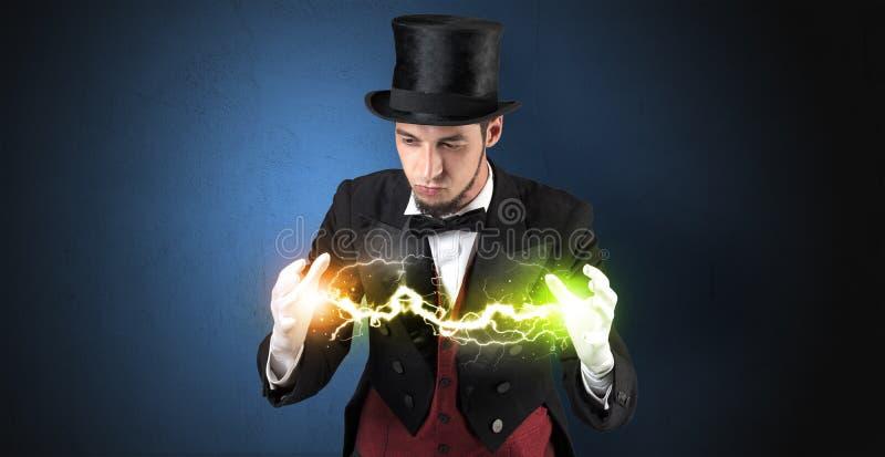 Tovenaarenergie tussen zijn handen stock afbeeldingen
