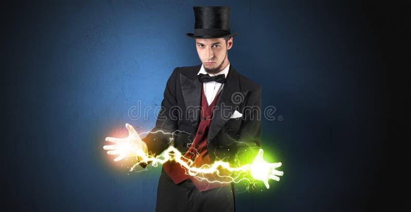 Tovenaarenergie tussen zijn handen stock afbeelding