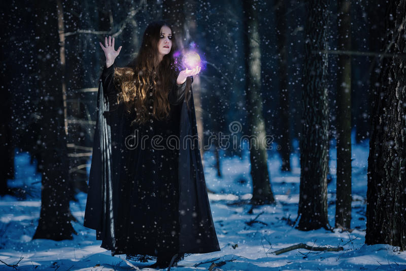 Tovenares bij de magische kogel stock foto's
