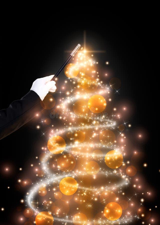 Toverstokje en schitterende Kerstboom stock foto