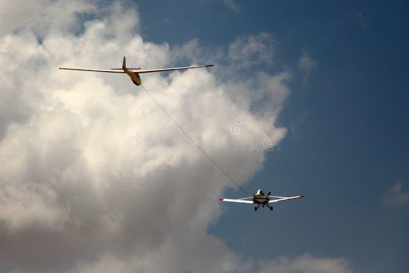 Tow Plane e planador no céu fotografia de stock royalty free