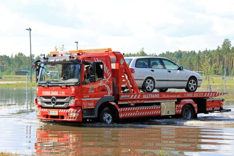 Tow Truck Rescuing Car From flod royaltyfri fotografi