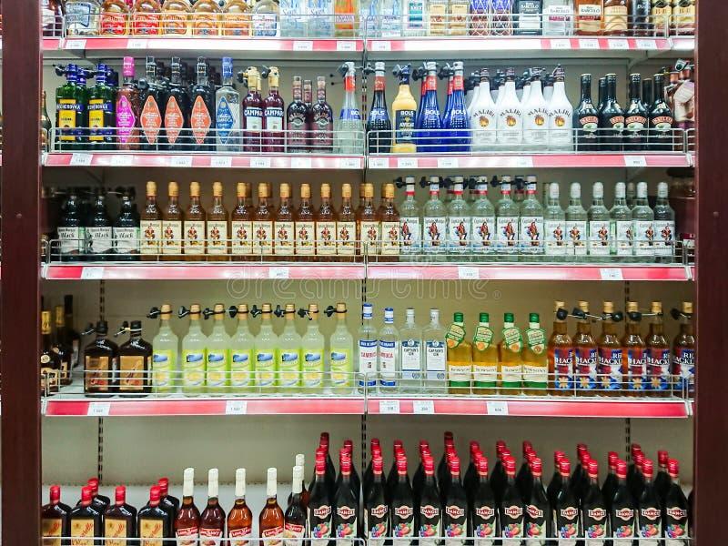 Towary na półce sklep spożywczy Różnorodność Alkoholiczni napoje zdjęcia royalty free
