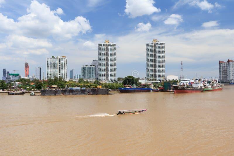 Towboat- eller bogserbåtsegling i floden arkivfoto