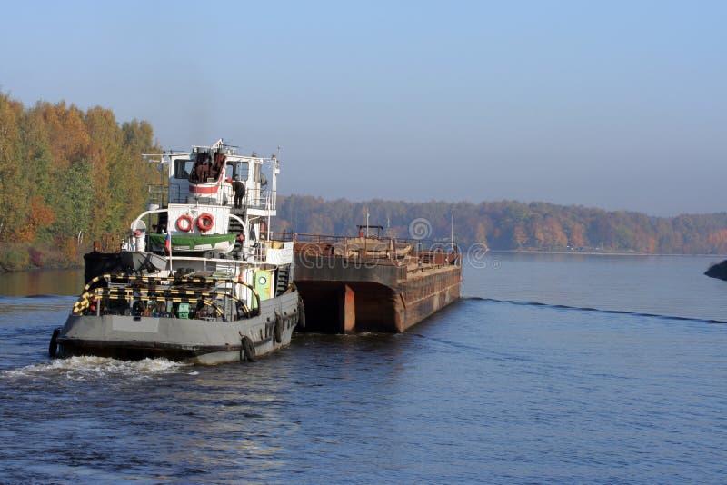 Towboat en aak in rivier royalty-vrije stock foto's
