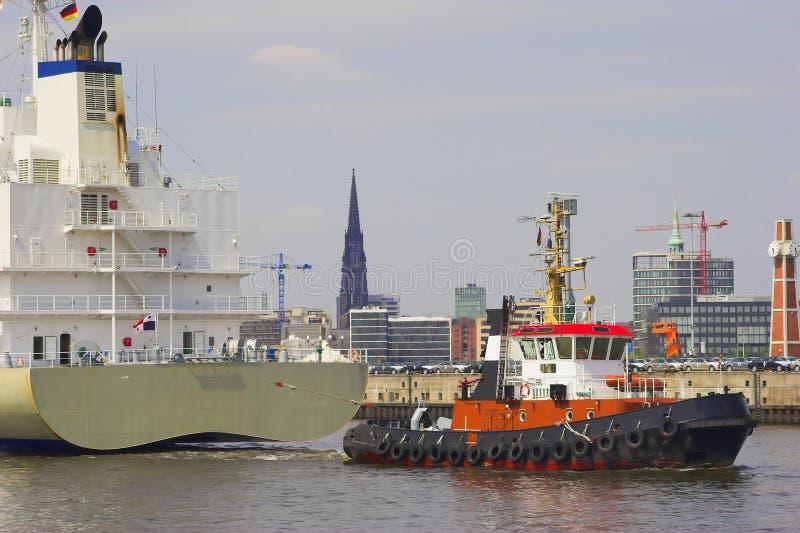 Towboat en vrachtschip stock foto's