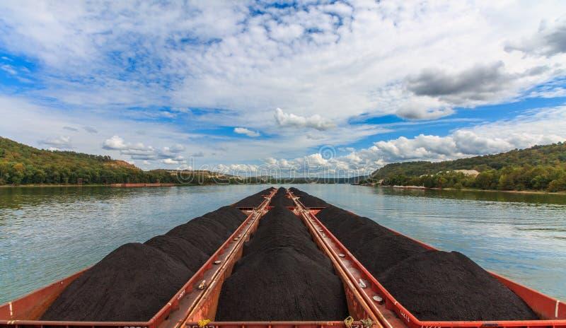 Towboat que empurra o carvão para centrais elétricas foto de stock royalty free