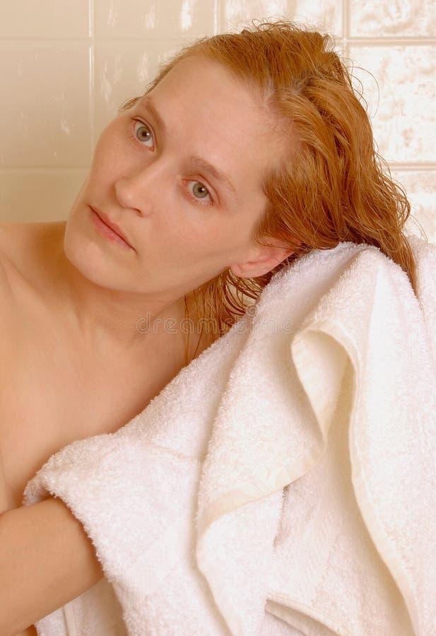 Toweling nach Shampoo lizenzfreies stockfoto