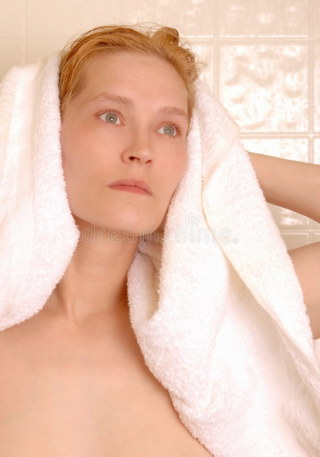 Toweling nach Shampoo   stockbild