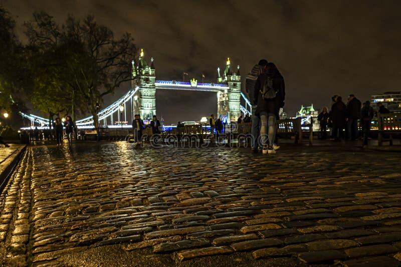 Tower Bridge de Londres la nuit images libres de droits