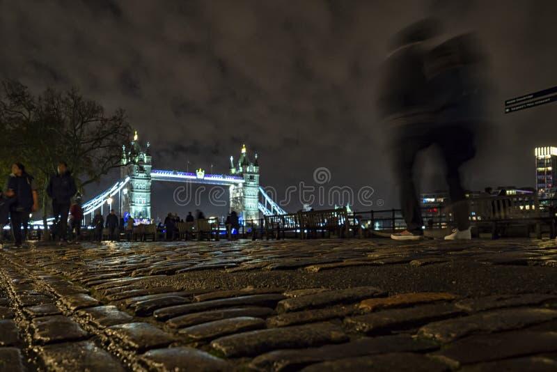 Tower Bridge de Londres la nuit photographie stock libre de droits