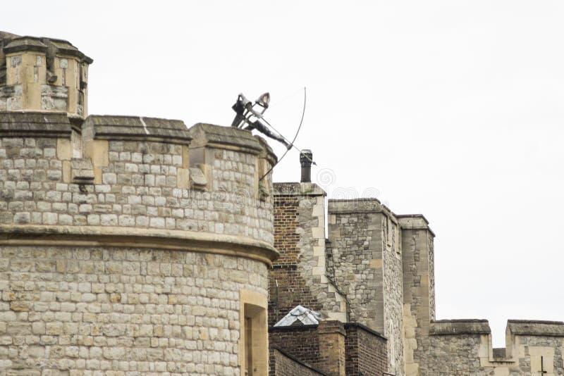 Tower von London in London, England - Metall-Archer-Skulptur auf Wällen lizenzfreie stockfotos