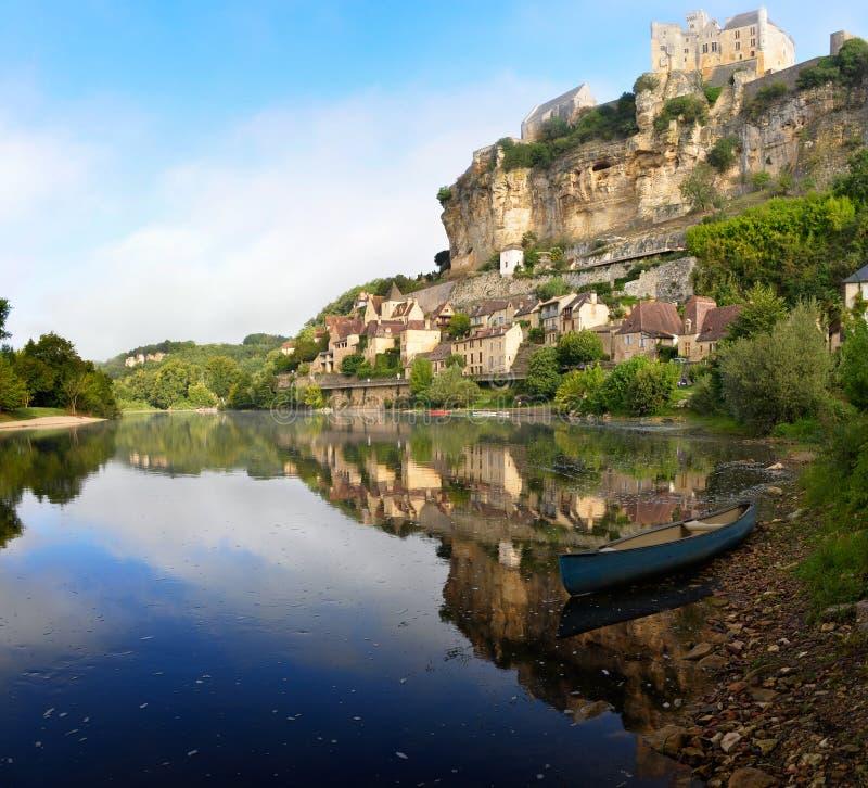 Town of Beynac-et-Cazenac alongside Dordogne river stock photography