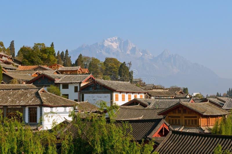 town yunnan för tak för porslinlijiang gammal royaltyfria bilder