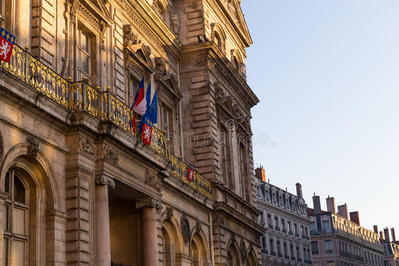 Townhall à Lyon avec le drapeau français photos stock