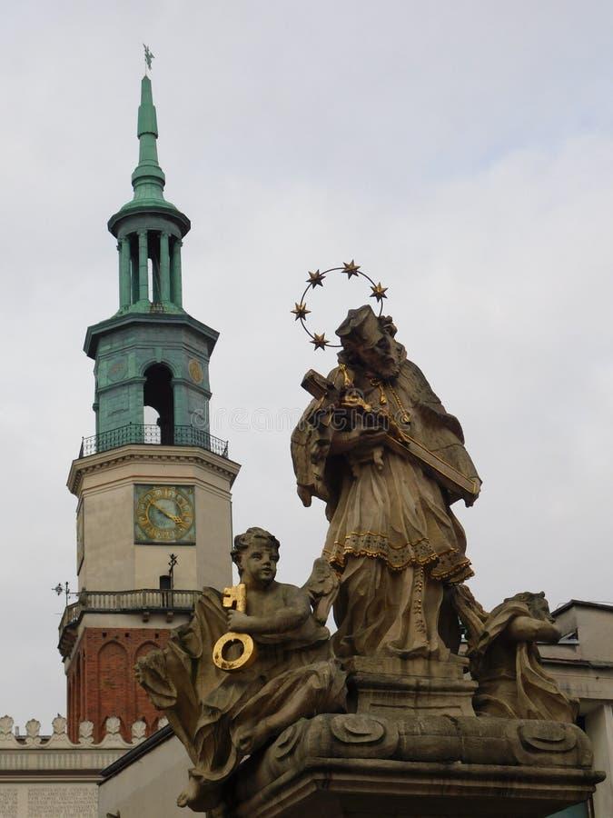 Townhall e monumento da religião imagens de stock