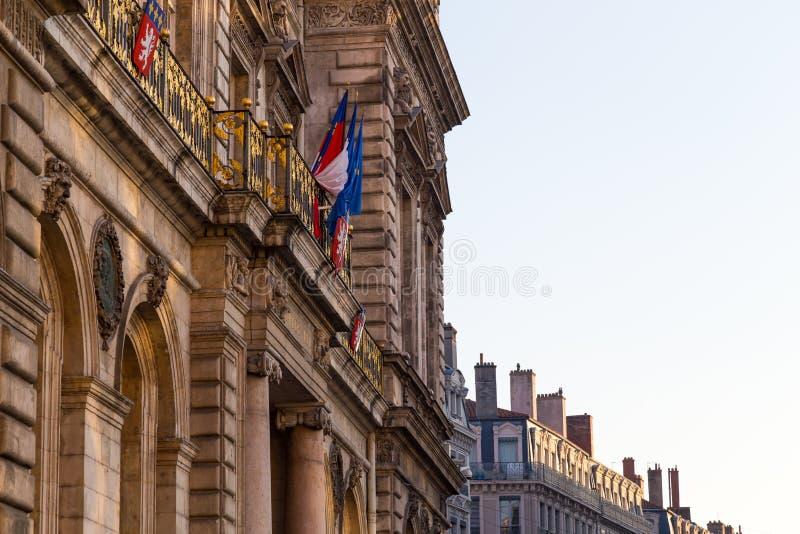 Townhall i lyon med den franska flaggan arkivfoto