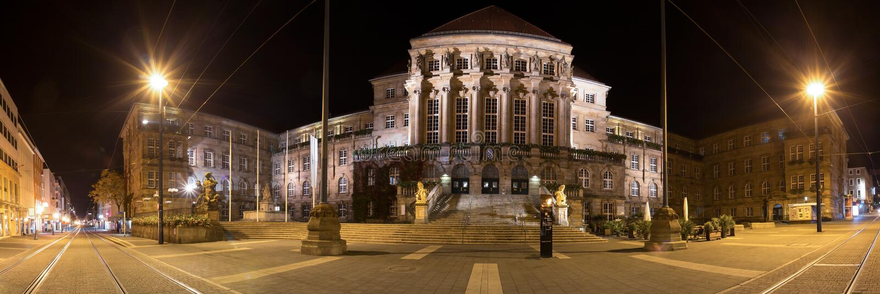 Townhall Kassel Allemagne au panorama élevé de définition de nuit images stock