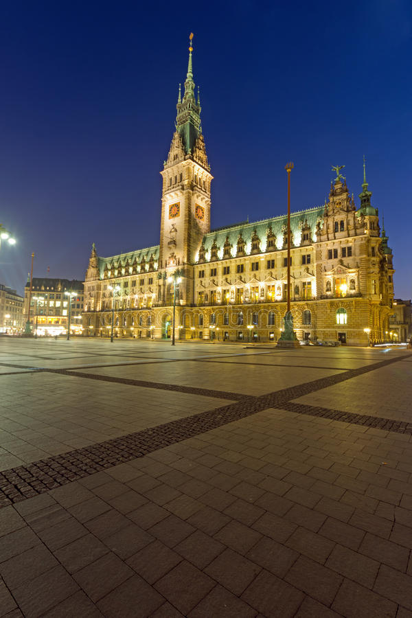 Townhall w Hamburg przy nocą obrazy royalty free
