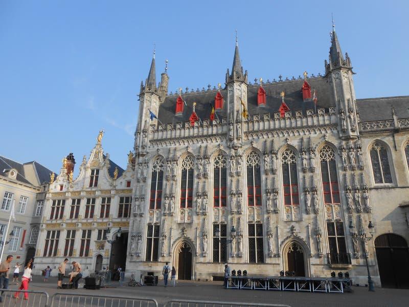 Townhallen av Brugge Belgien i småstadfyrkanten royaltyfri fotografi