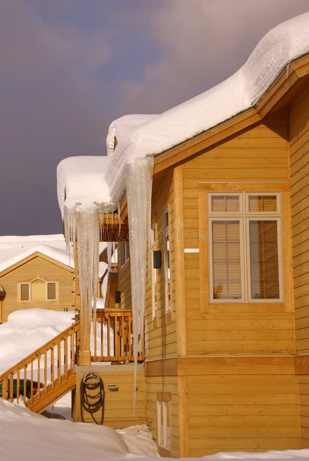 townhouses пурги тяжелых icicles большие стоковые изображения