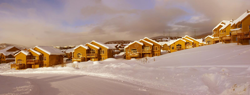 Townhouses após a tempestade de neve pesada foto de stock royalty free