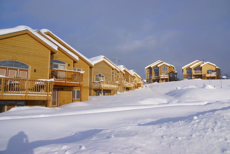 Townhouses após a tempestade de neve pesada, fotos de stock