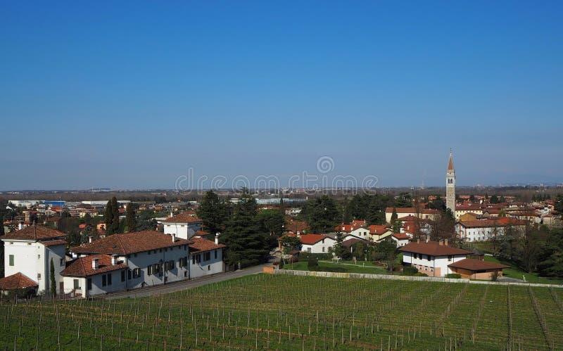 Townscape av Buttrio, nära Udine i Italien Buttrio är en jordbruks- och tung industriell mitt royaltyfri bild