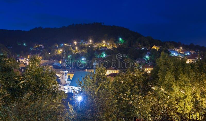 Townscape da noite de Banska Stiavnica, Eslováquia imagens de stock royalty free