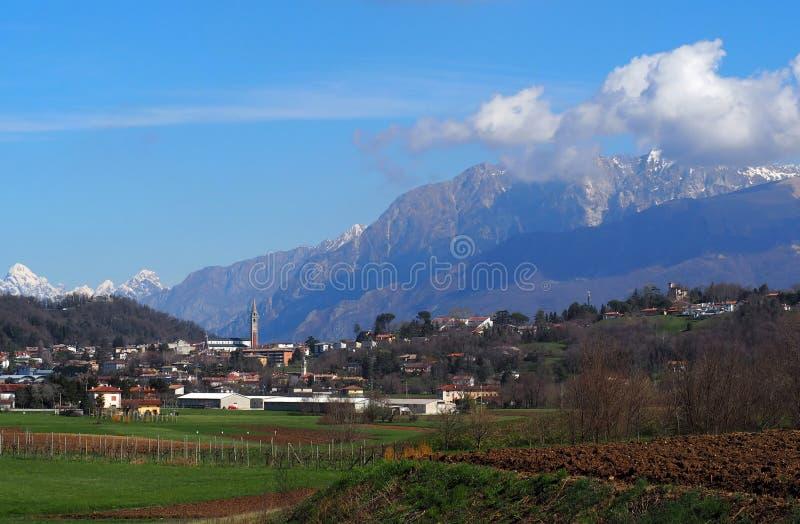 Townscape van het dorp van Buja, dichtbij Udine in Italië, onder het mooie landschap van Julian Alps op een vroege de lentedag royalty-vrije stock foto's